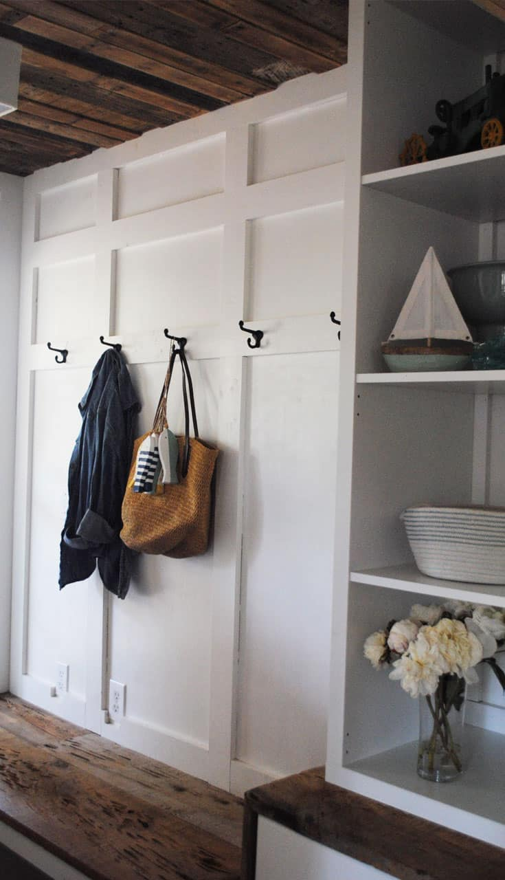 How To Style A Rustic Farmhouse Entryway #homedecor #home #interiordesign #rusticfarmhouse #rustic #farmhouse #fixerupper #entryway