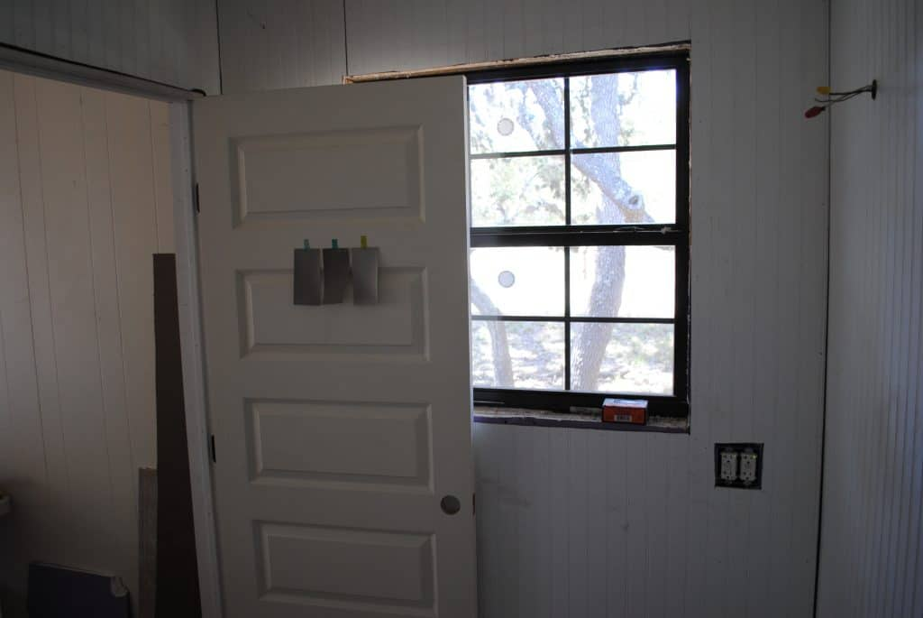 Master Bathroom: We Gots a Door and a Window!
